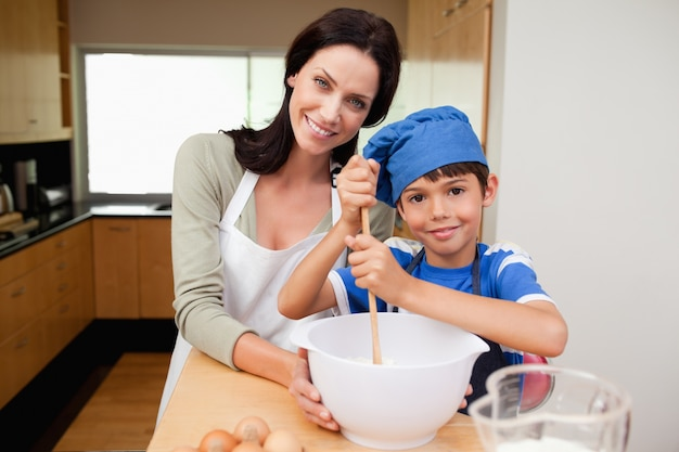 Matka i syn ma zabawę przygotowywa ciasto