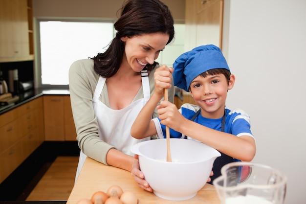 Matka i syn ma zabawę przygotowywa tort