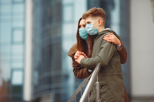 Matka i syn mają na sobie jednorazowe maski