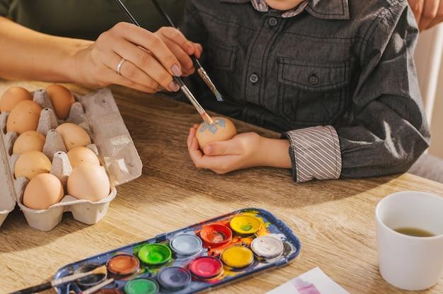 Matka i syn malowanie jaj na wielkanoc