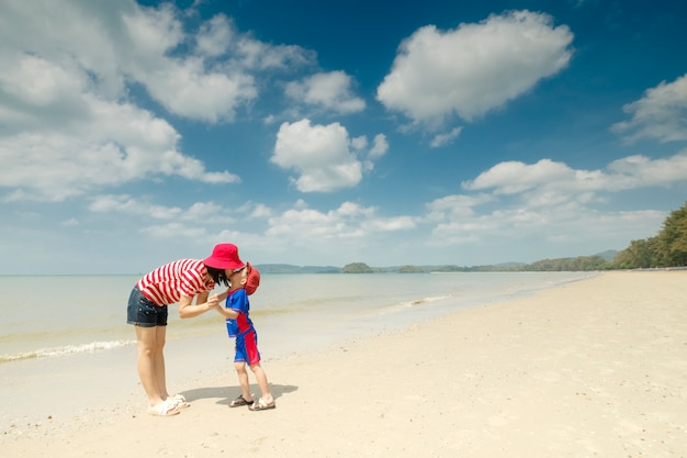 Matka i syn na pla? y na zewn? trz morze ib ?? kitne niebo