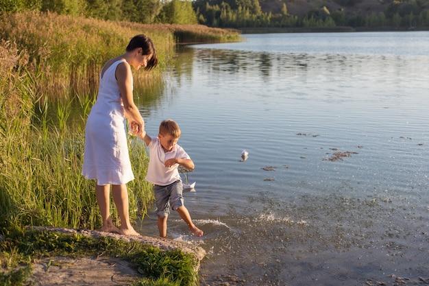 Matka i syn na rzece