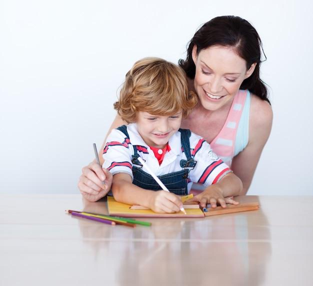 Matka i syn odrabianiu lekcji razem