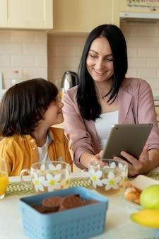 Matka i syn patrzą na tablet