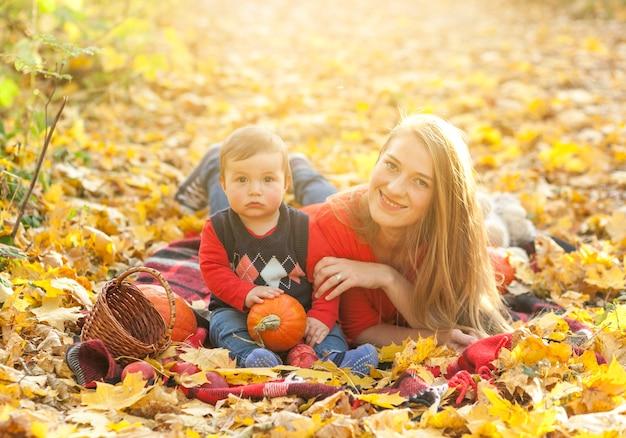 Matka i syn patrzeje kamerę