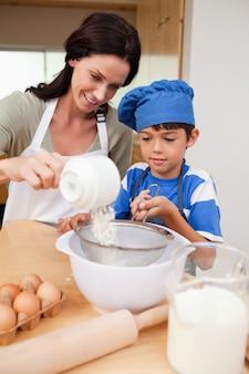 Matka i syn przygotowania ciasta