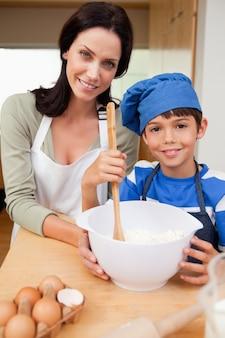 Matka i syn przygotowanie ciasteczek