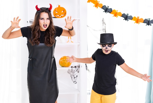 Matka i syn przygotowywający dla halloween
