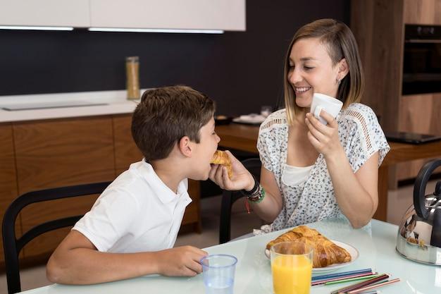 Matka i syn razem jedzą przekąskę