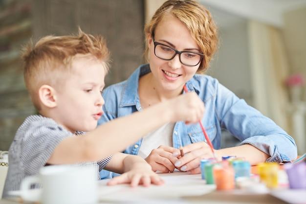 Matka i syn razem malują