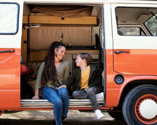 Matka i syn siedzi w samochodzie