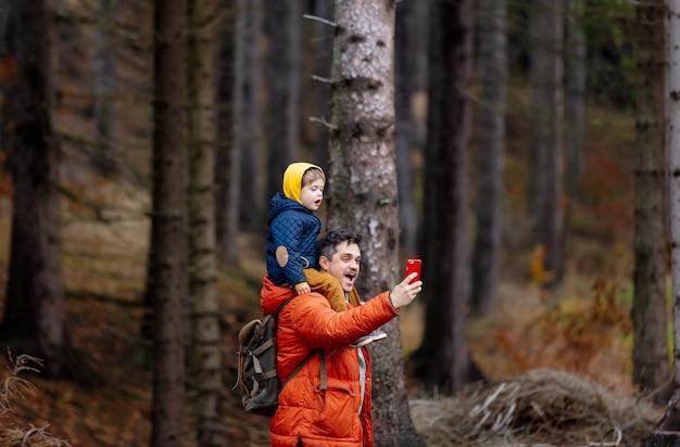 Matka i syn spacerują po lesie jesienią