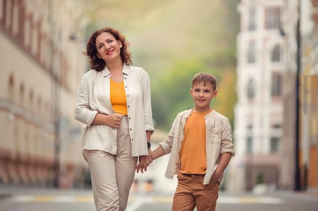 Matka i syn spacerują po ulicach europejskiego miasta