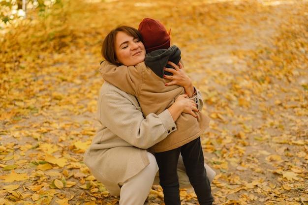 Matka i syn spacerują w jesiennym lesie jesienna aktywność na świeżym powietrzu dla rodziny z dziećmi