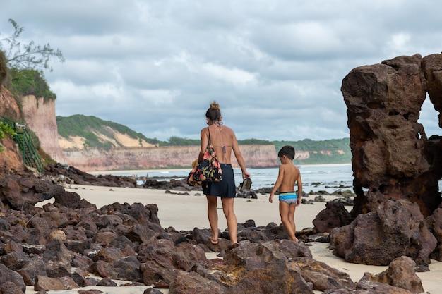 Matka i syn spacerujący wśród skał