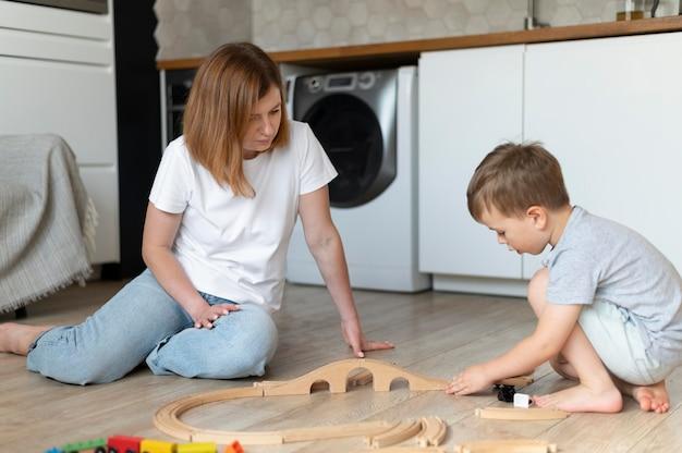 Matka i syn spędzają razem czas
