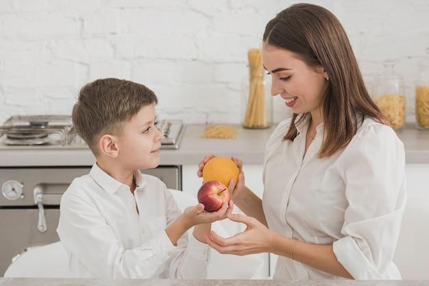 Matka i syn trzyma pyszne owoce