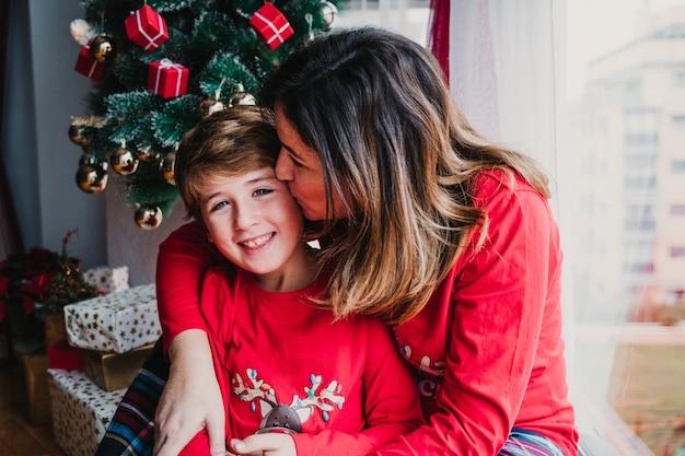 Matka i syn w domu w pasującej piżamie