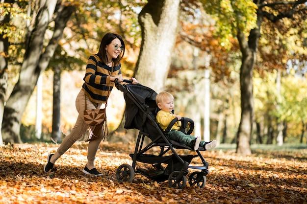 Matka i syn w jesień parku