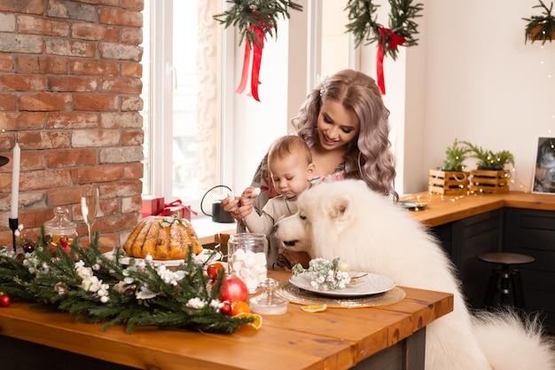 Matka i syn w kuchni w świątecznej dekoracji w domu