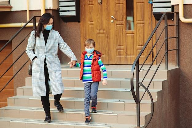 Matka i syn w masce medycznej na zewnątrz. zatrzymaj koronawirusa. zapobieganie koronawirusowi.