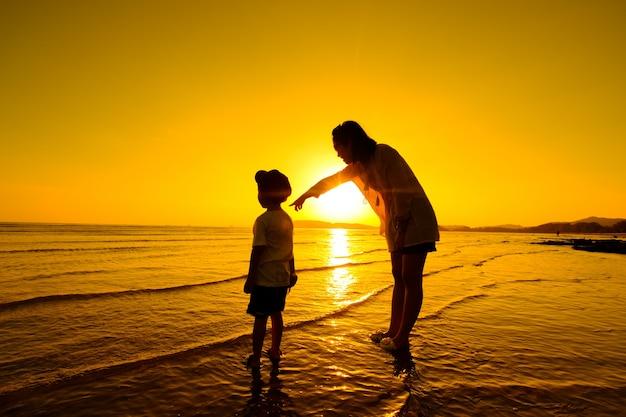 Matka i syn w plenerze o zachodzie słońca z miejsca na kopię