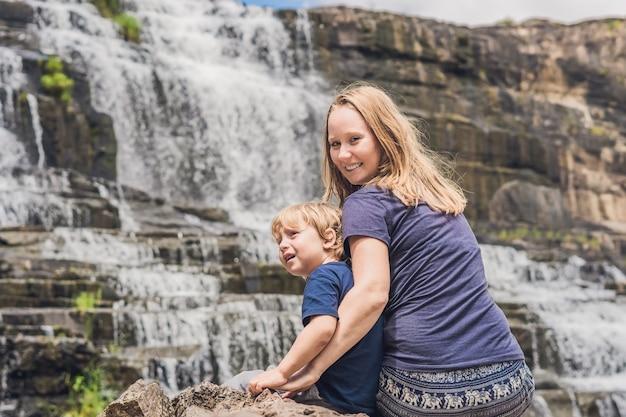 Matka i syn wędrowcy, turyści na powierzchni wodospadu amazing pongour, który jest znany i najpiękniejszy jesienią w wietnamie