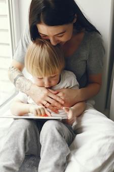 Matka i synek siedzi na parapecie