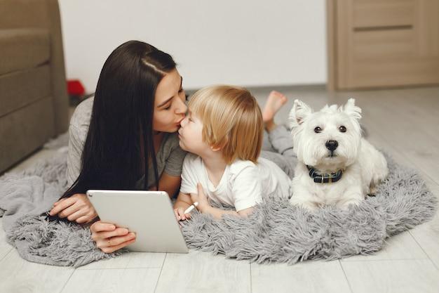 Matka i synek zabawy w domu z psem