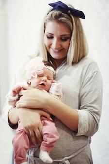 Matka i zbliżenie noworodka