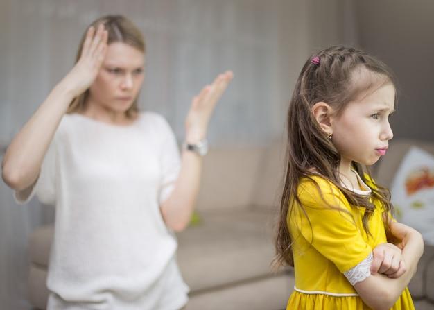 Matka karci córkę