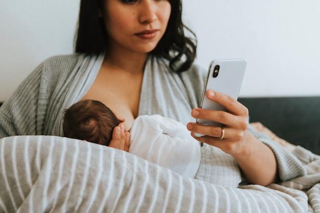 Matka karmiąca piersią za pomocą smartfona