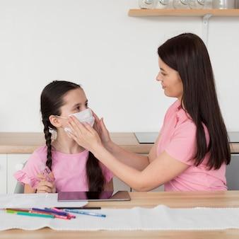 Matka nakładanie maski na dziecko