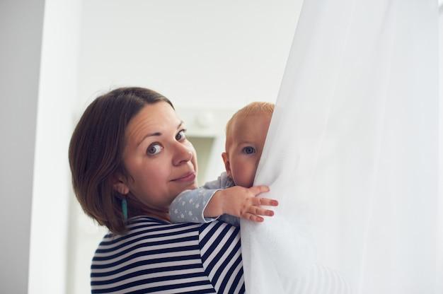 Matka niesie ze sobą śmiejącego się chłopca w domu