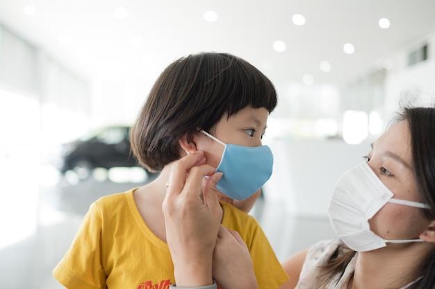 Matka nosi maskę ochronną dla swojego dziecka