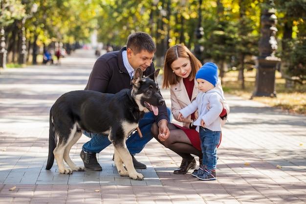 Matka, ojciec i syn na spacerze po parku