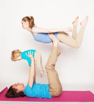 Matka, ojciec i syn robi joga