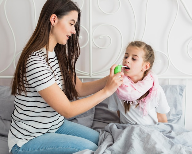 Matka opiekuje się chorą córką