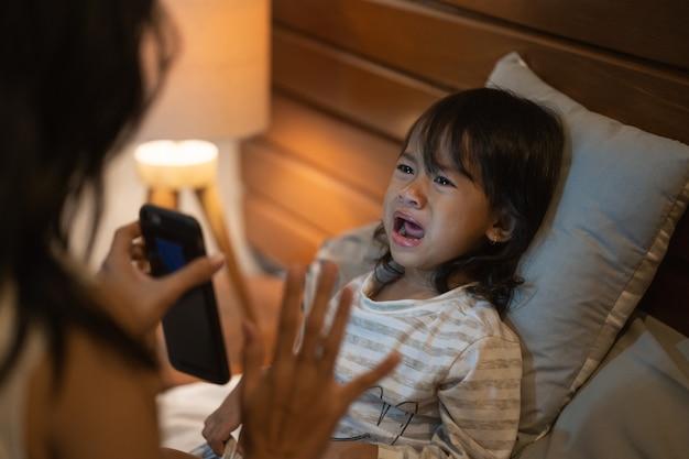 Matka ostrzega małą dziewczynkę, aby nie grać więcej