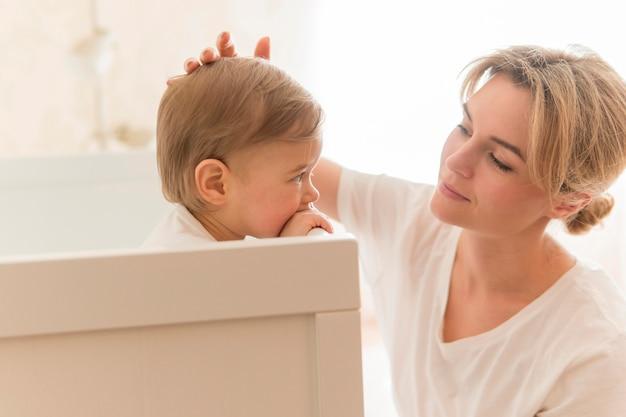 Matka pieszczoty dziecka na głowie