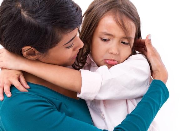 Matka pocieszająca, opiekująca się córką w nieszczęśliwych, smutnych, negatywnych emocjach