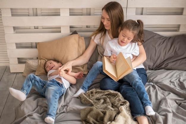 Matka pod dużym kątem z dziećmi