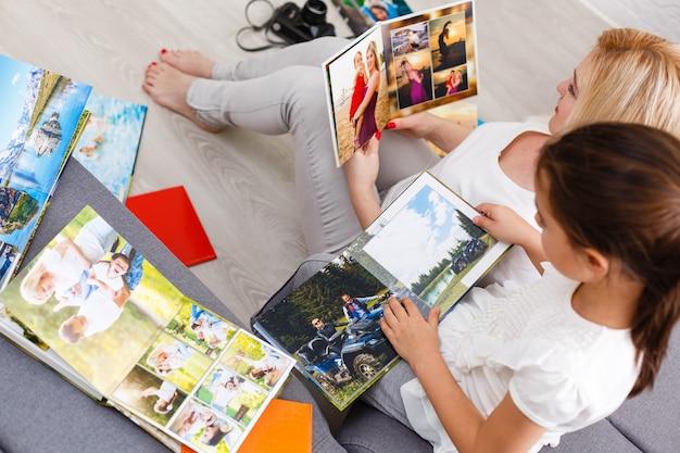 Matka pokazuje córce album ze zdjęciami