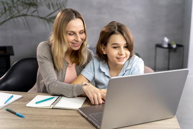 Matka pomaga córce w nauce
