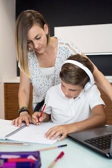 Matka pomaga synowi odrabiać lekcje