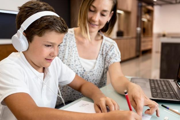 Matka pomaga synowi w odrabianiu prac domowych