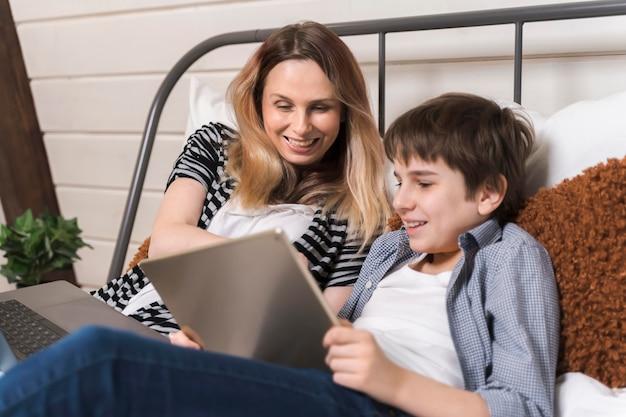 Matka pomoc syna w odrabianiu prac domowych