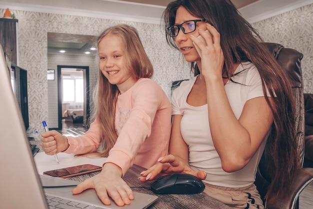 Matka pracująca w domu z dziećmi. kwarantanna i zamknięta szkoła podczas epidemii koronawirusa. dzieci hałasują i przeszkadzają kobiecie w pracy. nauczanie domowe i praca jako freelancer. dziewczyna gra. praca na odległość