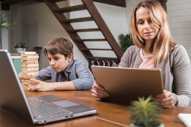 Matka pracuje z domu, podczas gdy syn gra