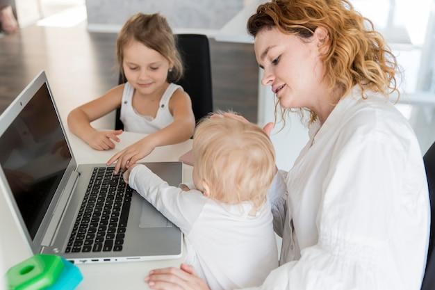 Matka pracuje z dzieckiem w domu